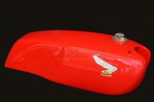 Nádrž verze 2 rovná , GFK se zátkou dodanou zakázníkem  Honda 250 350 500 , CB Honda - ukázka v laku