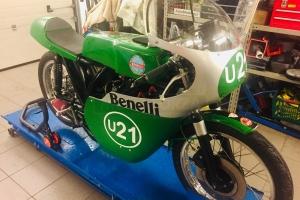 UNIversal CAFE RACER sedlo  GFK na moto Benelli