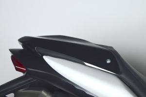Kryt sedla spolujezdce GFK-sklolaminát černý probarvený- Triumph Speed Triple 1050 2011-2015